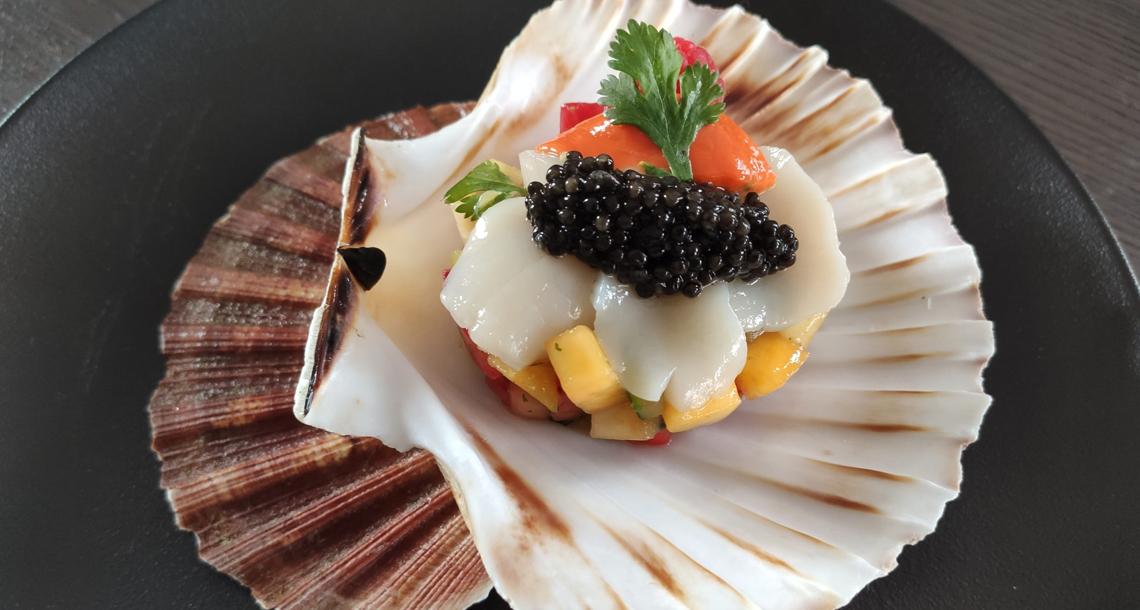 Brunoise de fruits, sauce thaï a la mangue, carpaccio de saint jacques et caviar